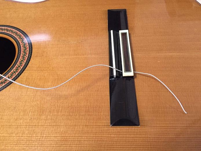 弦の交換(クラシックギターの弦の張り方)4. ブリッジに弦を通す