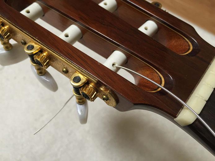 弦の交換(クラシックギターの弦の張り方)8. ヘッドに弦を通す
