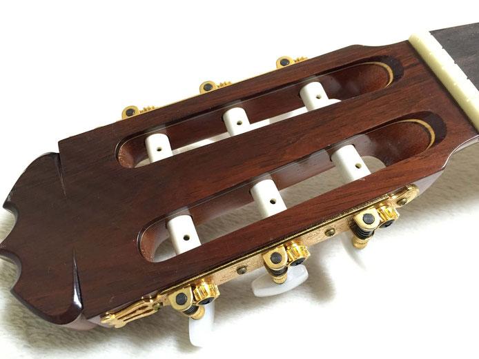 弦の交換(クラシックギターの弦の張り方) 2.ヘッドの弦を入れる穴を上に向ける