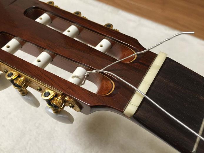 弦の交換(クラシックギターの弦の張り方)9. くるっと1回巻いて、ペグを回す