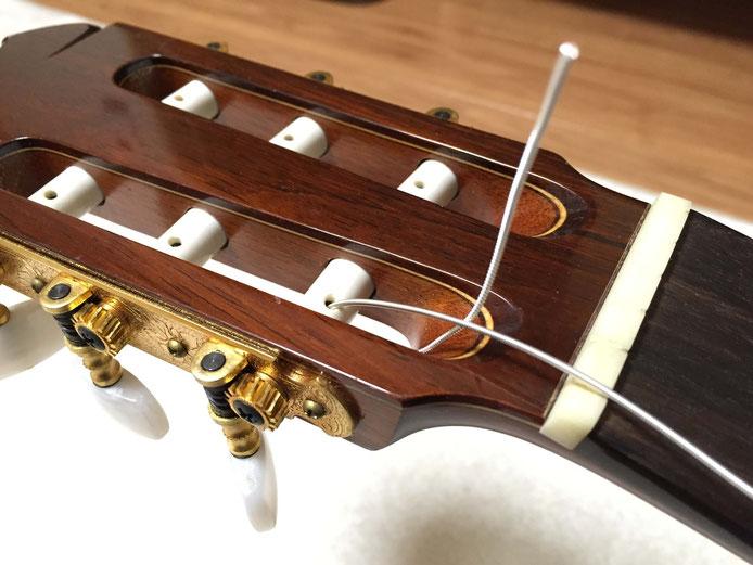 弦の交換(クラシックギターの弦の張り方)8. 弦を折り返す
