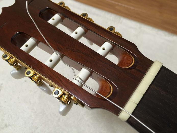 弦の交換(クラシックギターの弦の張り方)10. 6弦と1弦は、穴よりも外側に巻きを作る
