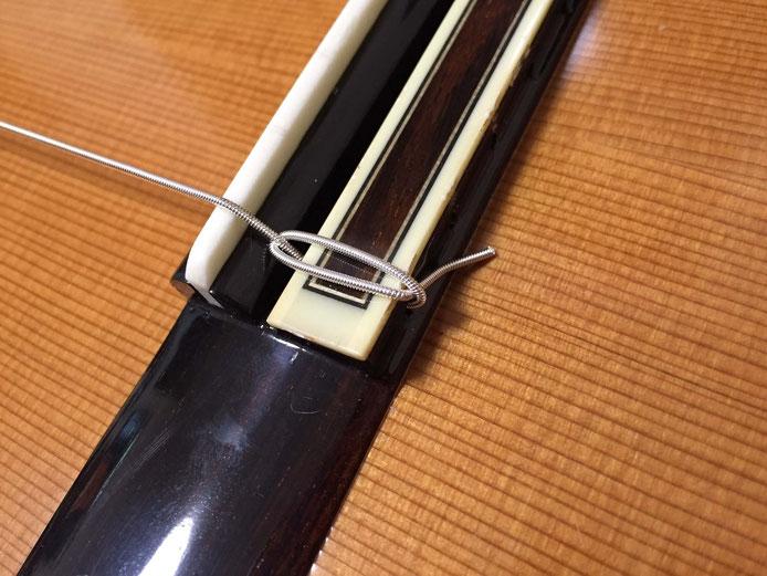 弦の交換(クラシックギターの弦の張り方)10. 弦を張っていくと、ブリッジ側が締まる