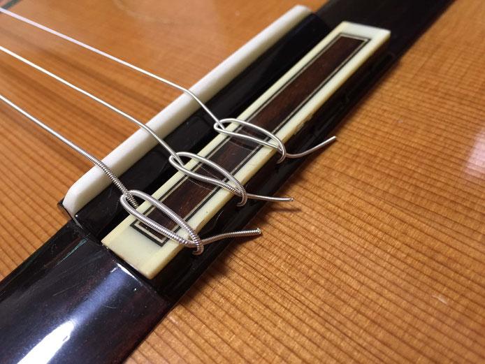 弦の交換(クラシックギターの弦の張り方)11.4弦、5弦、6弦のブリッジ部分