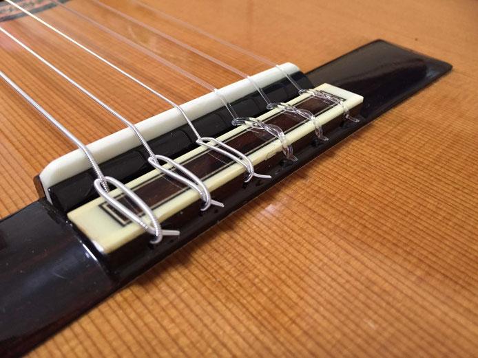 弦の交換(クラシックギターの弦の張り方)14. 弦の余った部分を切る(ブリッジ)