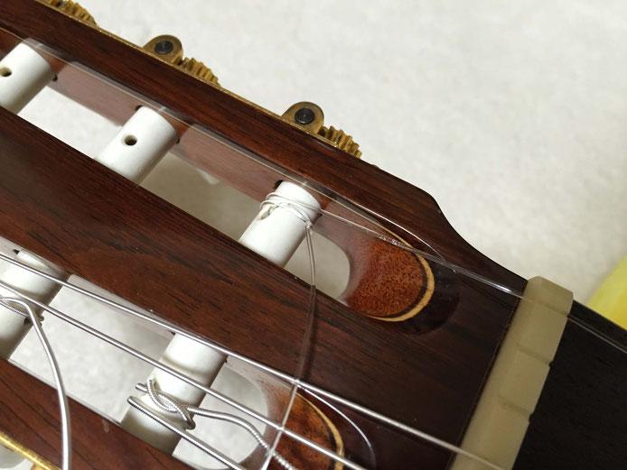 弦の交換(クラシックギターの弦の張り方)12. ヘッド側で弦を巻く時は、巻きの位置に注意