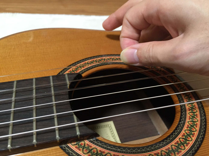 弦の交換(クラシックギターの弦の張り方)13. 弦を伸ばす