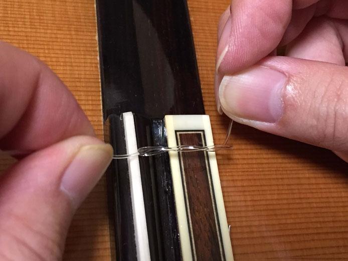 弦の交換(クラシックギターの弦の張り方)12. 1弦はブリッジで2回巻く