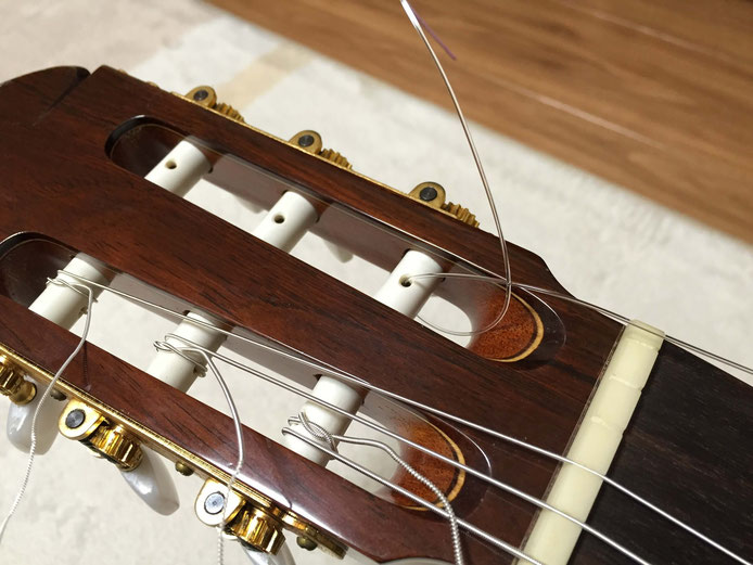 弦の交換(クラシックギターの弦の張り方)12. 1弦をヘッドの穴に通す