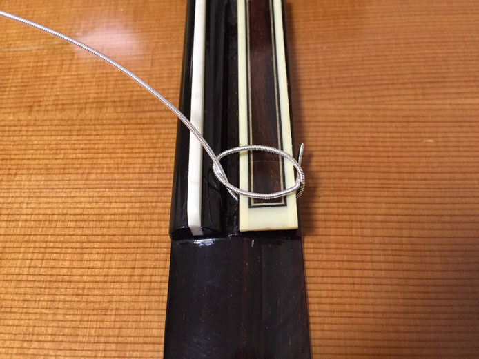 弦の交換(クラシックギターの弦の張り方)7. ブリッジの側面で縛り目を作る