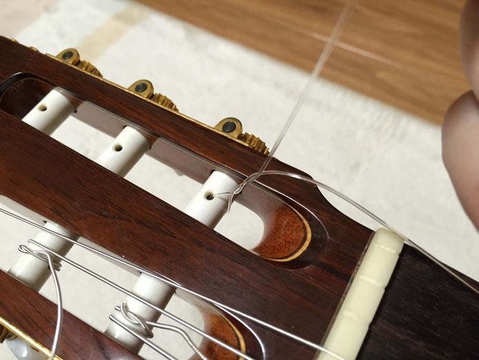弦の交換(クラシックギターの弦の張り方)12. ペグを回す前に、一回弦を巻く