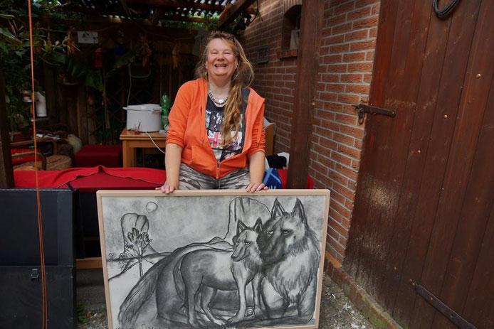Tine mit ihrem Bild *Wolves*