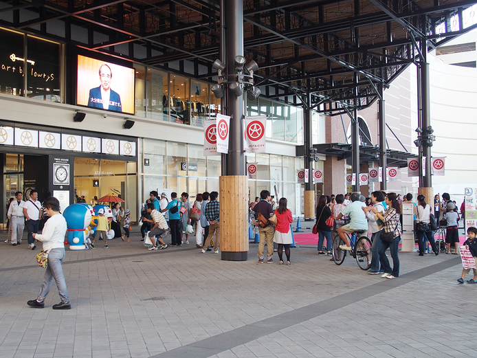 大分県では「推進月間」の趣旨を伝えるために様々な広報を実施。 JR大分駅「JRおおいたシティ」大型ビジョンには健康寿命の延伸を訴える県の動画メッセージが