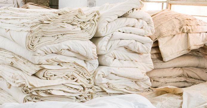 """Tissu khadi, tissu filé et tissé à la main dans les villages de l'Inde. Khadi signifie """"le tissu ou le vêtement fait à la maison""""."""