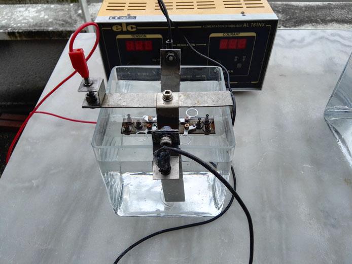 Pose du montage dans le bain électrolytique et branchements