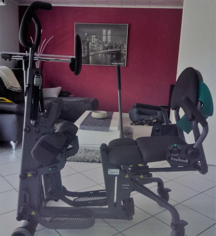 Der Stehtrainer bevor er zu einem wird. Hier kann man vom Rolli auf den Sitz rutschen und sich dann mit Hilfe des Stabes in den Stand pumpen. Gehalten wird man durch die Stützen an den Knien und dem Oberkörper und hinten durch den aufrecht gestellten Sitz
