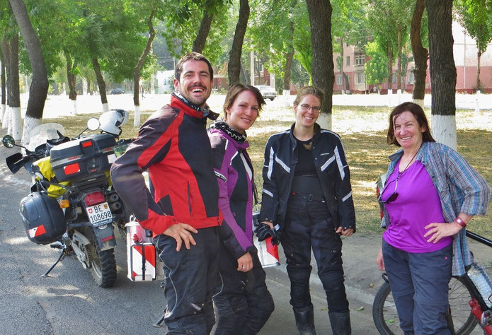 Berner-Treffen in Taschkent. Gerhard, Sara und Joelle sind seit zwei Monaten unterwegs nach Kirgistan.