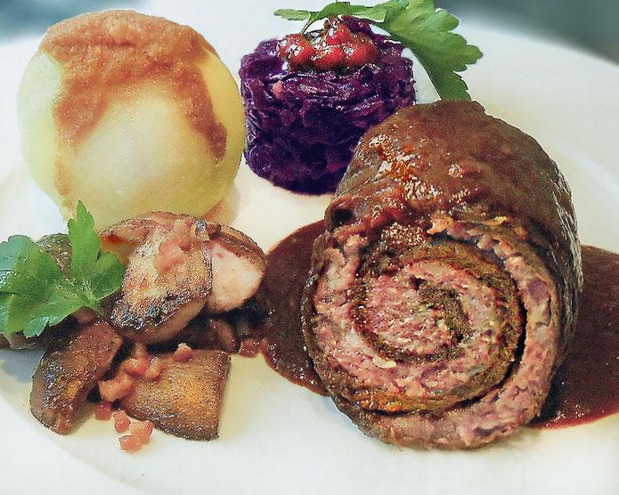 Rinderroulade »Gutsherrenart« ● Steinpilze mit Schinken ● Preiselbeer-Rotkohl ● Kartoffelklöse mit Polnischer Butter