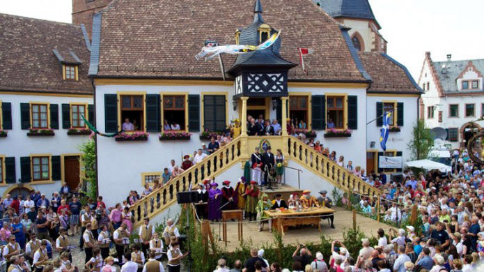 Geißbock-Versteigerung am  Pfingstdienstag: Das historische Fest am früheren Deidesheimer Gerichtstag ist mittlerweile eine weinselige Gaudi für Gäste aus nah und fern. Foto: Stadt Deidesheim