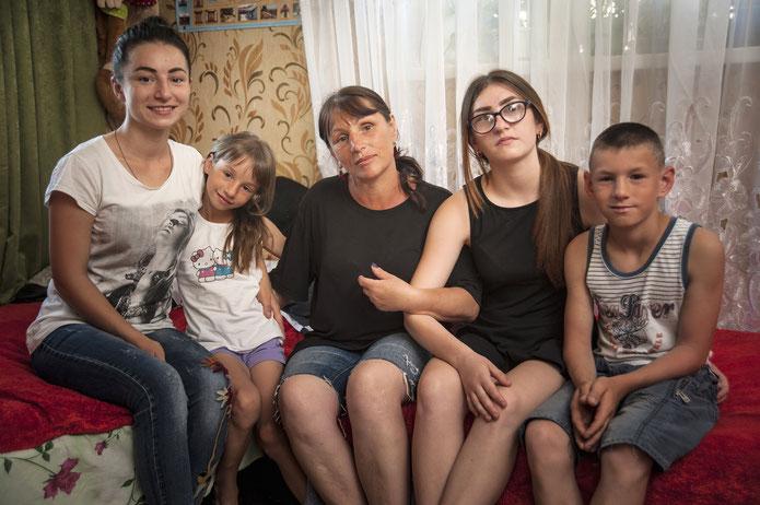 Maia Taran mit ihren Kindern. Foto: Éric Vazzoler
