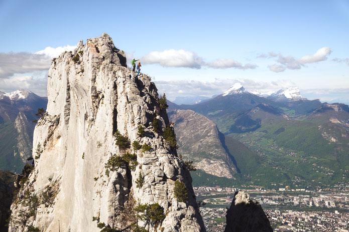 Au sommet, en toile de fond, Grenoble, et plus loin Chamechaude et la Dent de Crolles.