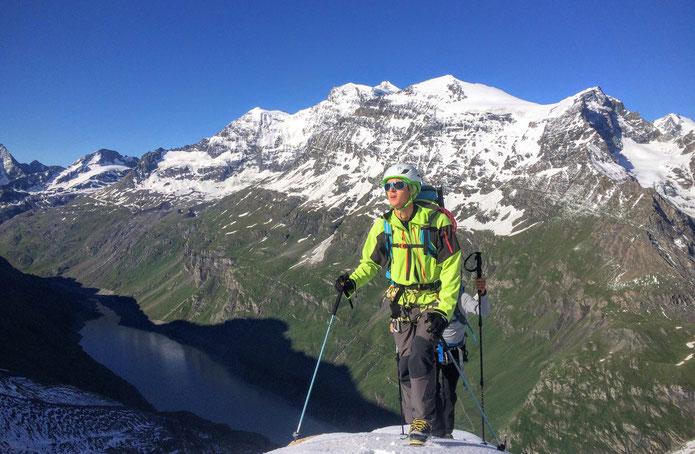 Jour 3 à l'approche du Glacier de Gietroz, en arrière plan le lac de Mauvoisin