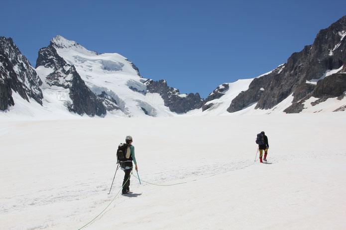 Marche sur le Glacier Blanc pour rejoindre le refuge des Écrins.