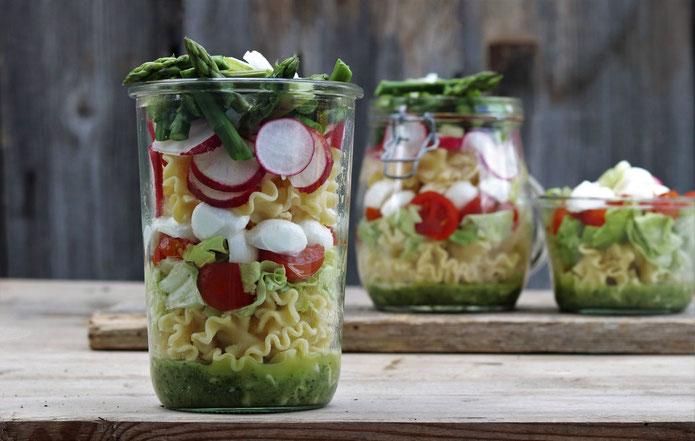 Salat im Glas mit Spargel