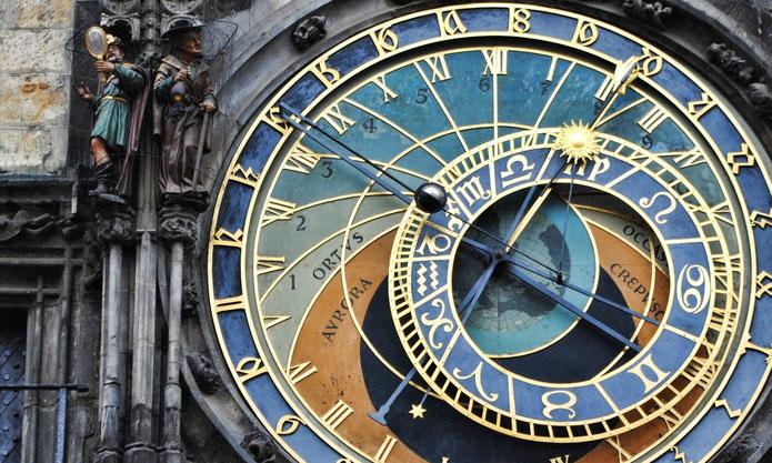 Eine astrologische Uhr mit Tierkreiszeichen - die offiziell als astronomische Uhr bezeichnet wird