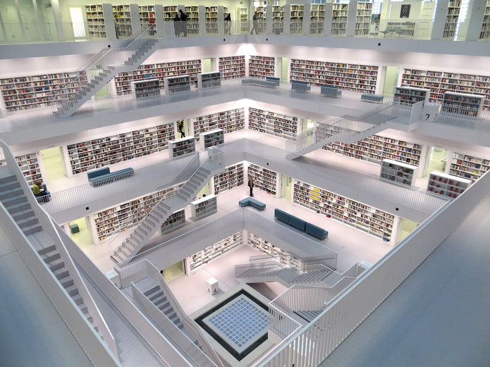 Weiße Bibliothek mit vielen Büchern