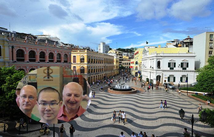 Von links: Nils Gajowiy, Jan-Jia Liang, ein Trader aus Taiwan, und Dr. Alexander Elder 2015 in Macao