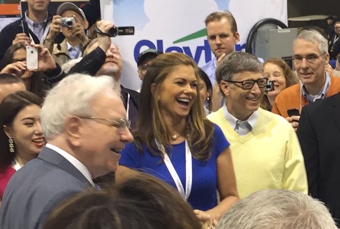 Warren Buffett und Bill Gates 2015 auf der Hauptversammlung von Berkshire Hathaway. Foto: Jon Carrasco [CC BY-SA 4.0 (https://creativecommons.org/licenses/by-sa/4.0)]