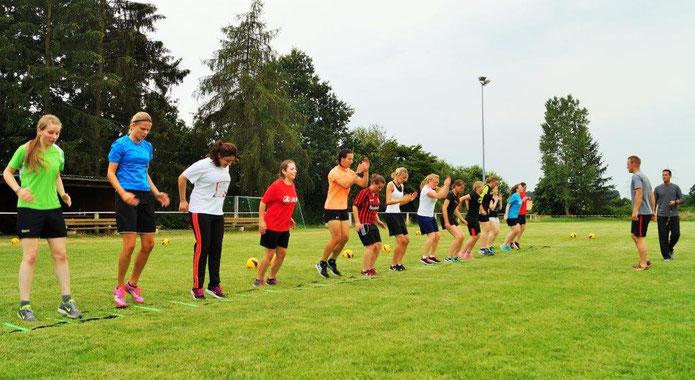 Intensive Trainingstage für das Team der Frauenfußballspielgemeinschaft Ebsdorfergrund mit Fitnesscoach Stefan Backhaus und Trainer Stefan Bamberger (v. r.)