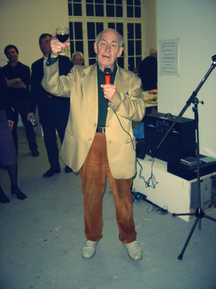 Emmett Williams FLUXUS – Pedro Meier – 80th birthday party Berlin 4. April 2005 – Emmett Williams toast with red wine glass – museum FLUXUS+ Potsdam, Lodz. Photo © Pedro Meier Multimedia Art Museum Visual Bangkok – Visarte SIKART Zürich DADA Switzerland