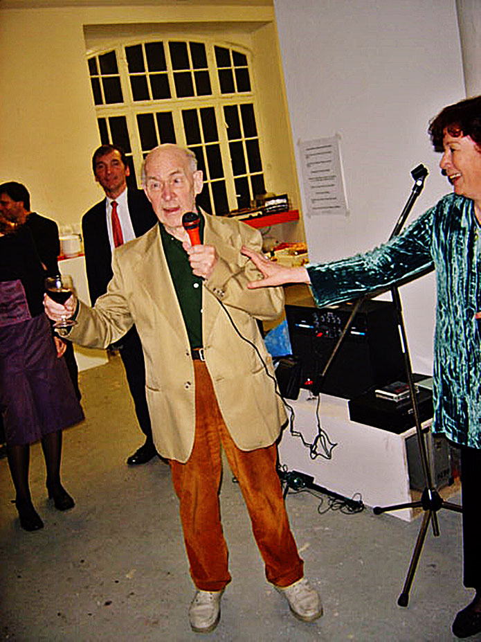Emmett Williams FLUXUS – Pedro Meier – 80th birthday party Berlin 4. April 2005 – Emmett Williams toast & Ann Noël – museum FLUXUS+ Potsdam, Lodz. Photo © Pedro Meier Multimedia Art Museum Visual Art Bangkok – Visarte SIKART Zürich – DADA Switzerland