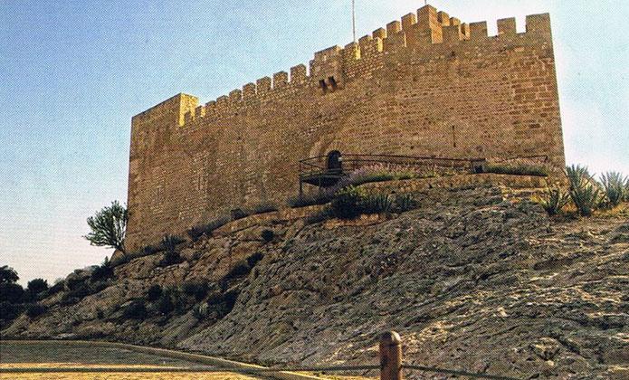 El Castillo de Petrer (Alicante) es de finales del siglo XII es de origen musulmán.