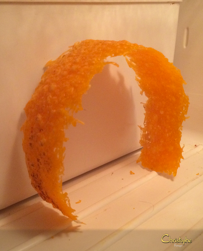 Une fois fondu, un coup de chalumeau sur le dessus, déposé sur un moule à gâteau en inox, et on fait refroidir au frigo. C'est prêt !