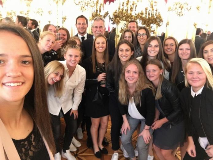 Unsere ISF Schulfußball Weltmeisterinnen wurden von Bundespräsidenten Dr. Van der Bellen in der Hofburg für die erbrachten Leistungen in Prag im Mai geehrt
