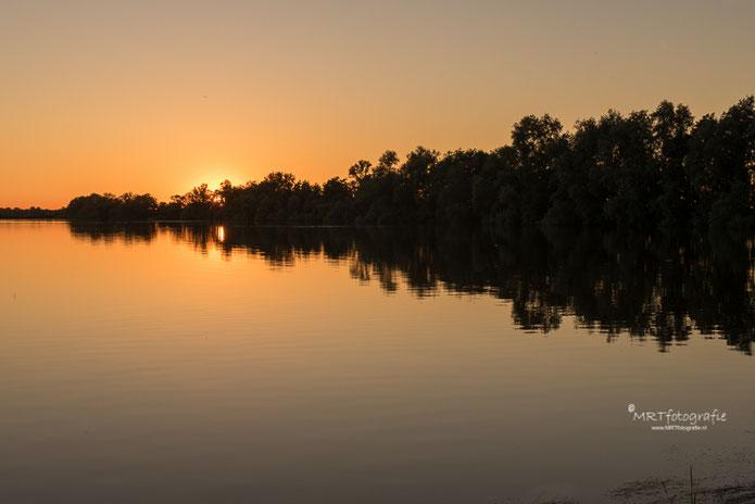 Zonsondergang bij de Loosdrechtse Plassen met reflectie in het water