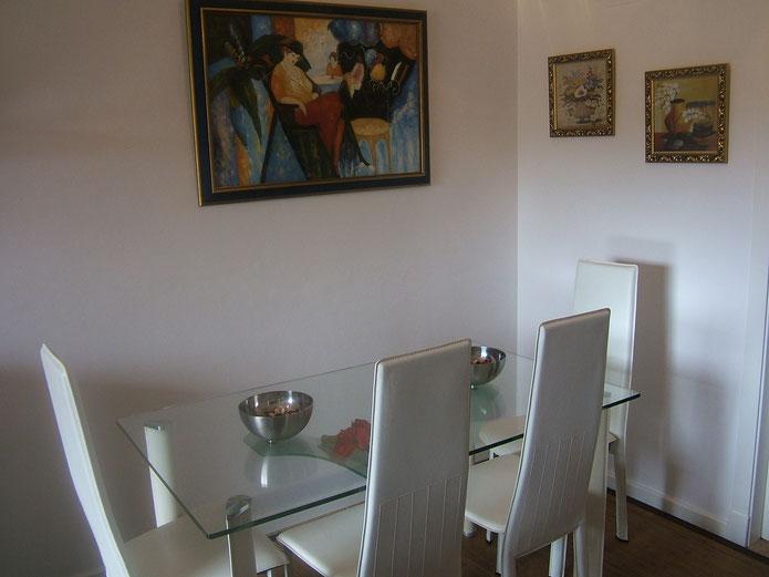 gemütliche Essecke: Tisch mit sehr bequemen Stühlen