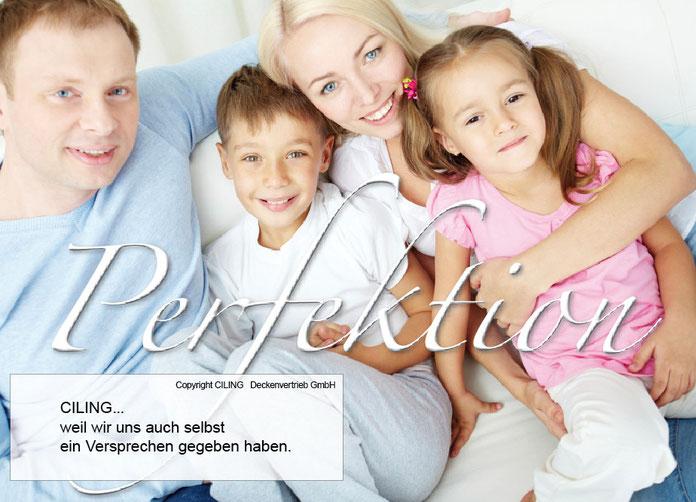 Bild einer Familie die nach oben Schaut und Spanndecken sieht