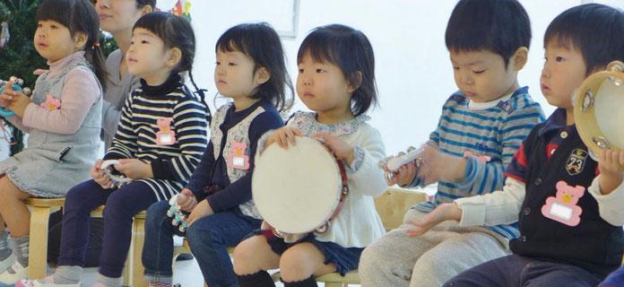 フィオーレコース(2歳~3歳)のリトミックの様子。みんな先生のお話に集中しています