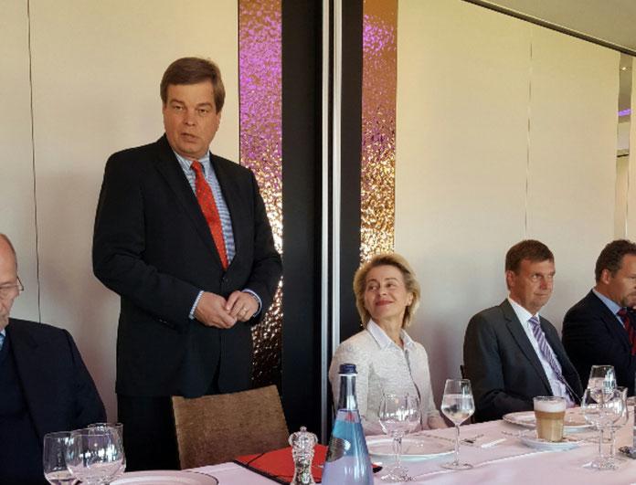 Enak Ferlemann begrüßt Ministerin Ursula von der Leyen und Landrat Kai-Uwe Bielefeld