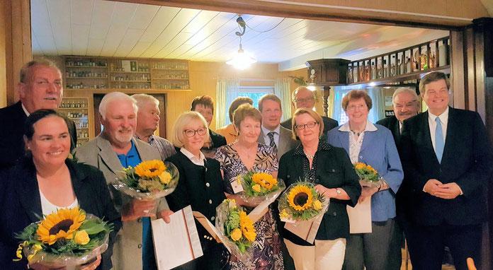 Das Bild zeigt die vom Stadtverbandsvorsitzenden Thiemo Röhler und dem Kreisvorsitzenden Enak Ferlemann geehrten Mitglieder für 25 bzw. 30 Jahre Mitgliedschaft in der CDU