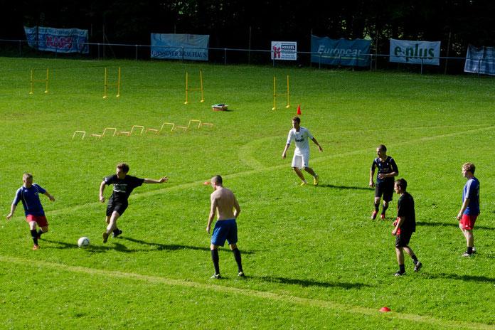 Der Sportplatz des TuS Philippstein - idyllisch im Wald über dem Dorf gelegen