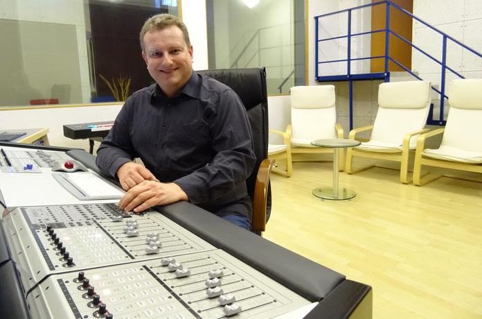 Stimmtrainer Rene Oblak in seinem Tonstudio