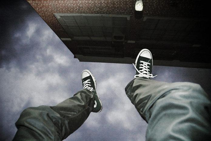 Person fällt von Dach