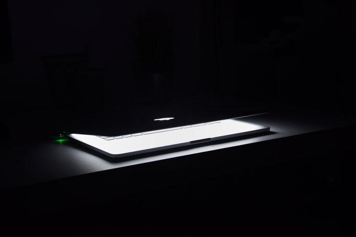 Laptop halboffen