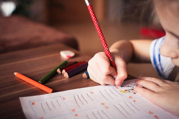 kleines Mädchen schreibt