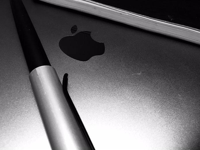 Füllfeder, MacBook und Notizbuch